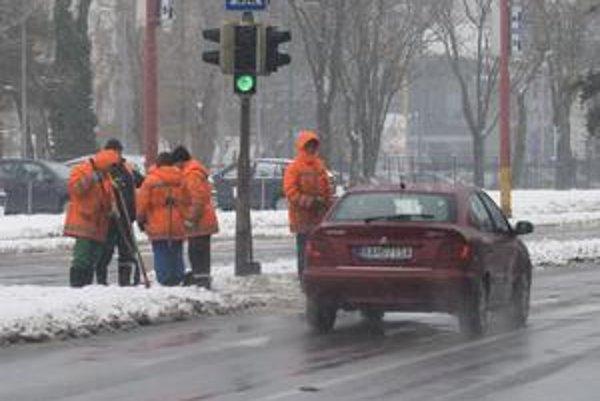 Zmyslom aktivačných prác je udržať u nezamestnaných pracovné návyky. Obce nezamestnaných využívajú v zime napríklad na odhrabávanie snehu.