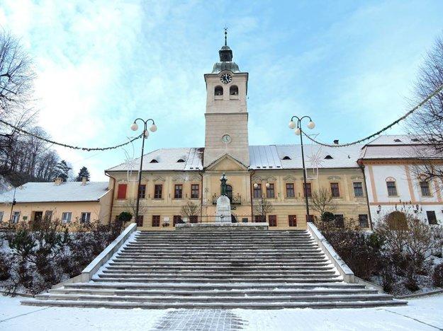 Banícke múzeum v Gelnici. Vedľa vpravo je objekt, kde už čakajú voskové figuríny.