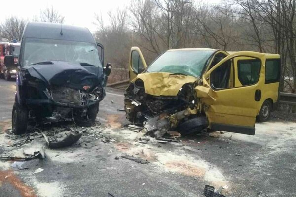 Pri nehode sa zranili tri osoby.