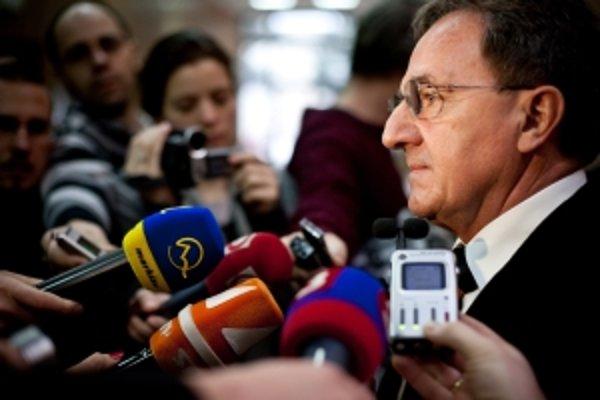 Minister Jozef Medveď zmení čokoľvek, len aby sa únia nehnevala a nesiahla nám na fondy.
