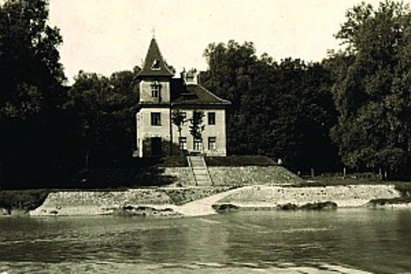 """Strojovňa """"zámoček"""" na ostrove Sihoť na historickej fotografii. Na horných poschodiach boli byty pre strojníkov, dnes je v nich archív BVS."""