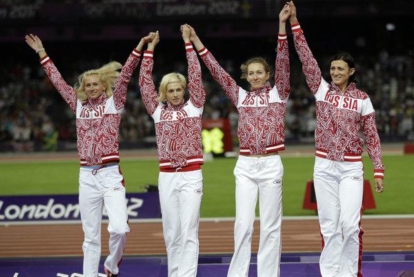 Celá víťazná ruská štafeta z olympijských hier 2012 v Londýne musí vrátiť strieborné medaily - zľava Julia Guščinová, Antonina Krivošapková, Tatiana Firovová a Natalia Anťuchová.