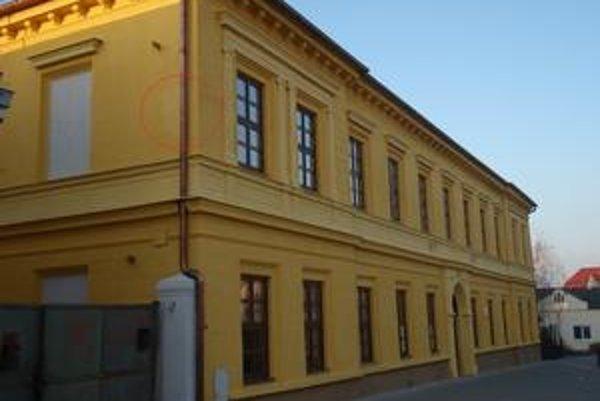 Firma Eurobuilding opravovala aj historickú budovu meštianskej školy v Hlohovci z 19. storočia. Rekonštrukcia nevyšla – po stenách steká z kovových častí hrdza, omietka opadáva.