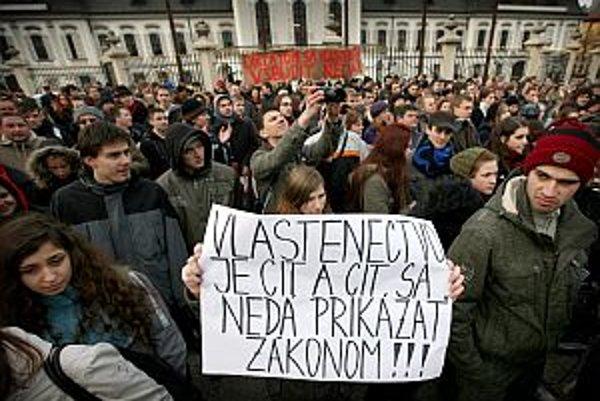 Väčšina študentov je z vlasteneckého zákona znechutená, prišli však aj takí, čo povinnú hymnu považujú za správnu vec.
