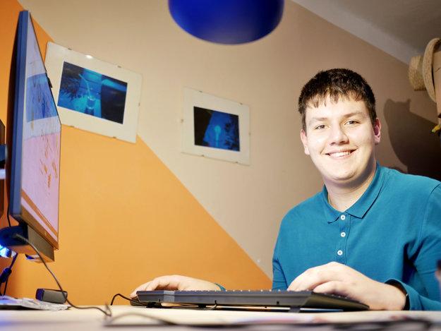 Ondrej Vrábel doma za počítačom