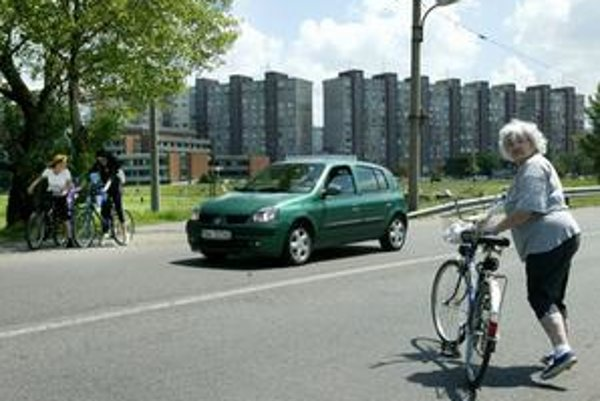 Špecifickým problémom sú mestské cyklotrasy. Je ich málo a niektoré ústia do ciest, kde môže jednoducho nastať kolízna situácia.