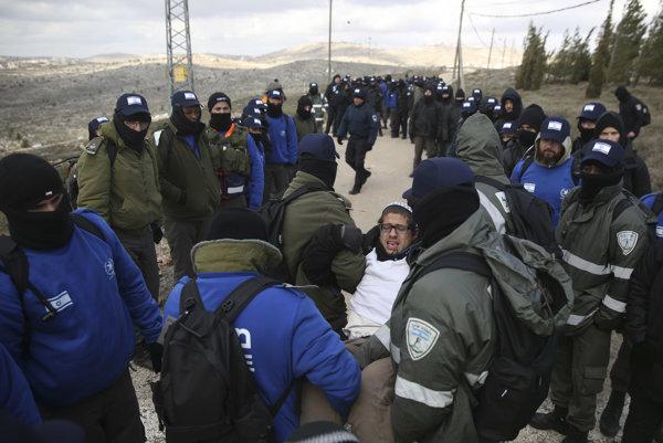 Sťahovanie židovskej osady Amona sprevádzajú protesty.