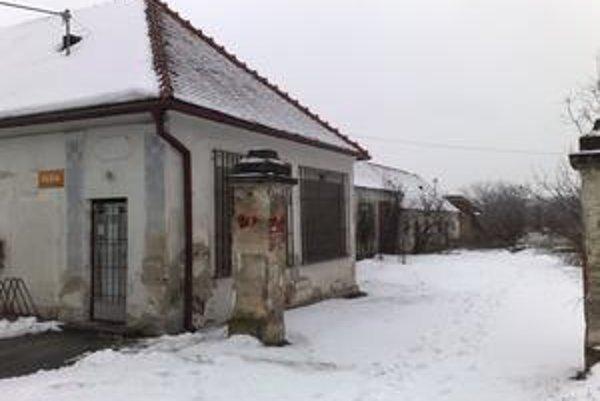 Z domu Sýkorovcov sa v päťdesiatych rokoch stala pošta, sídli tam dodnes. Rodine síce komunisti dom ponúkli späť, no poštu nevypratali. Sýkorovci ho radšej odpredali štátu.