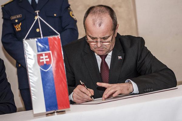 Minister obrany SR Peter Gajdoš počas stretnutia ministrov obrany štátov V4 v poľských Niepolomiciach.