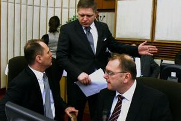 Minister pôdohospodárstva Vladimír Chovan (vľavo) porušuje podľa ÚVO zákon. Právomoci úradu navrhol oklieštiť minister dopravy Ľubomír Vážny (vpravo). Premiér  Fico nekoná.