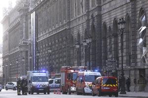 Pri budove Louvru čakali sanitky aj hasiči.
