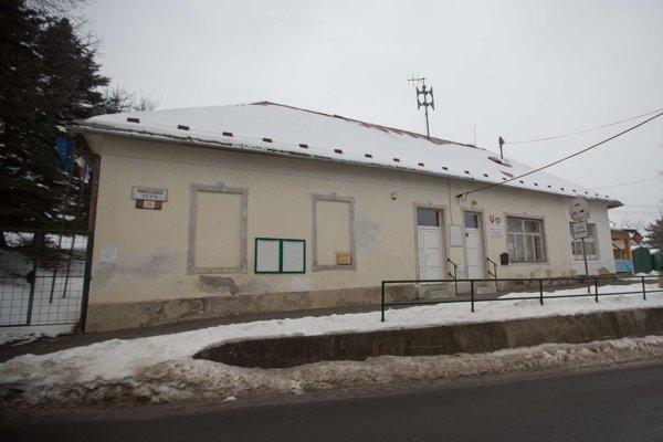 Budova obecného úradu, kedysi škola. Chodil do nej aj náš najznámejší Jánošík Paľo Bielik.