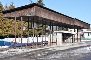 Vysokú konštrukciu starej zastávky zbúrajú.