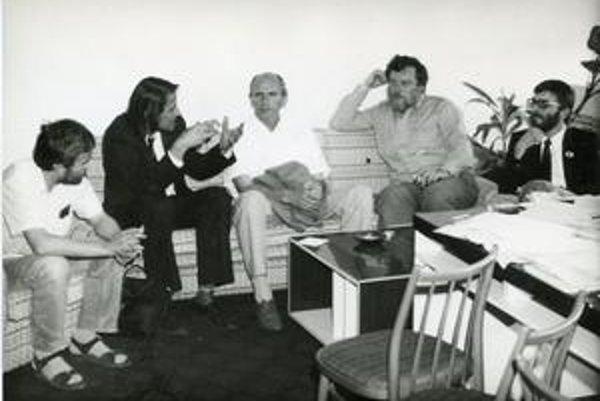 Rokovanie  VPN a MNI v roku 1989 . Zľava Károly Tóth, Ján Langoš, František Mikloško, Peter Zajac a László  Nagy.