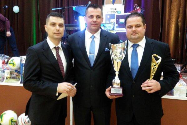Starosta Žitavian Juraj Obert (v strede) poďakoval za desať rokov práce pre futbal doterajšiemu prezidentovi Pavlovi Chrenovi (vpravo) a zároveň želal veľa trpezlivosti aj úspechov jeho nástupcovi Petrovi Chrenovi (vľavo).