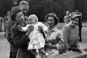 So svojím otcom, kráľom Jurajom VI., na archívnej snímke z augusta 1951.