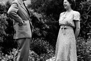 So svojím otcom, kráľom Jurajom VI., na archívnej snímke z augusta 1946.