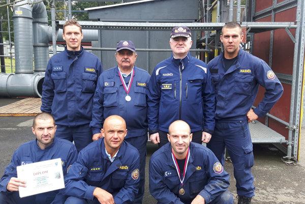 Úspešný tím Okresného riaditeľstva Hasičského a záchranného zboru v Žiari nad Hronom s hasičským prezidentom Alexandrom Nejedlým (horný rad, druhý sprava).