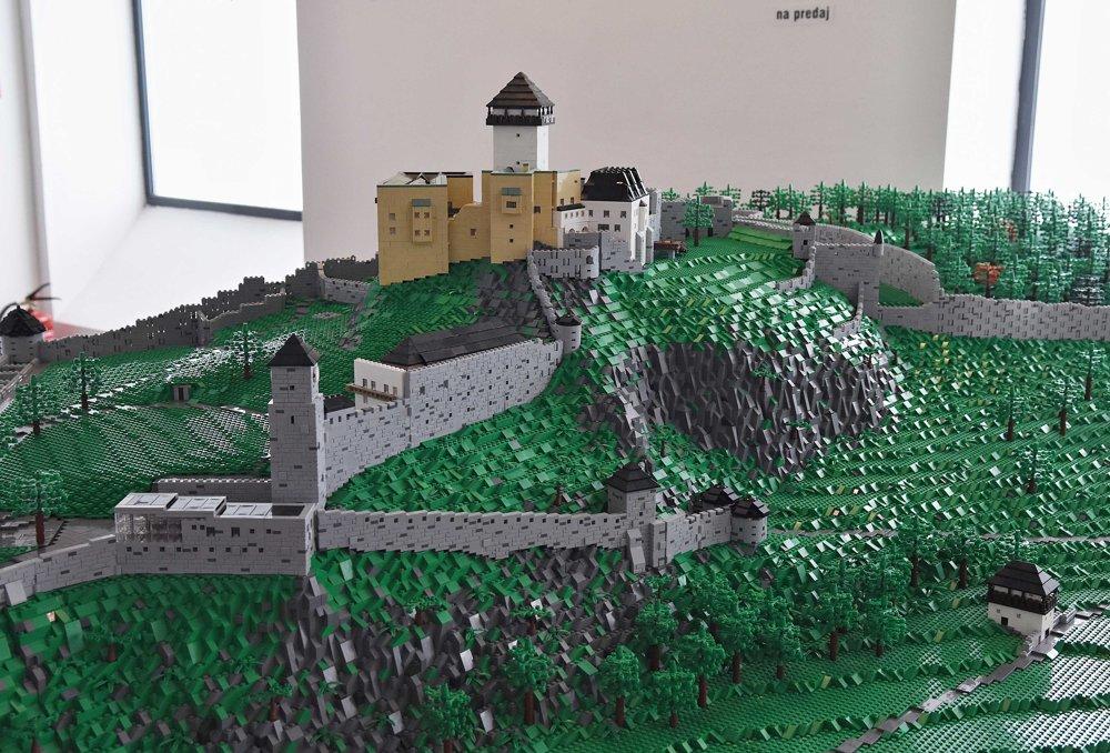 Trenčiansky hrad aj s hradným bralom.