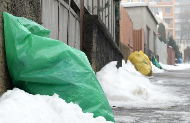 Plastové vrecia. Týždne lemovali Terchovskú ulicu. Pomohol Korzár.