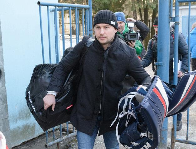 Július Hudáček pri príchode na zraz.