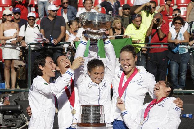Schiavoneová (vľavo) už vie, aké je radovať sa z prvenstva vo Fed Cupe.