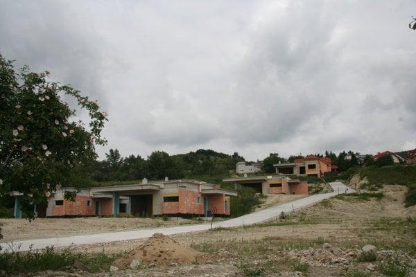 Domy postavené na čierno v račianskych vinohradoch.