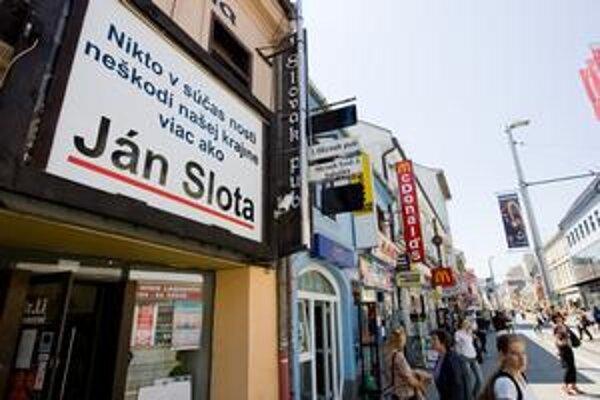 Majiteľ Slovak pubu na Obchodnej ulici v Bratislave vyvesil plagát, prostredníctvom ktorého odkazuje okoloidúcim, čo si myslí.