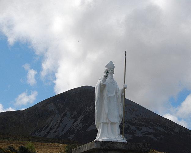 Púť na Croagh Patrick možno absolovovať aj naboso.