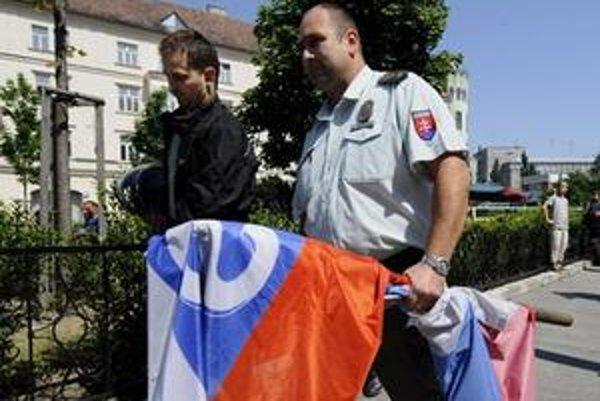 Vlajku aj motorkára lapil policajt.