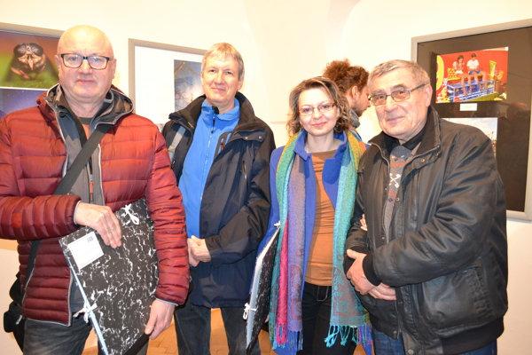 Ocenení autori. Vladimír Vajs (zľava), Ľudovít Hruška a Lenka Cholpová. Na snímke s fotografom Petrom Bodorom.