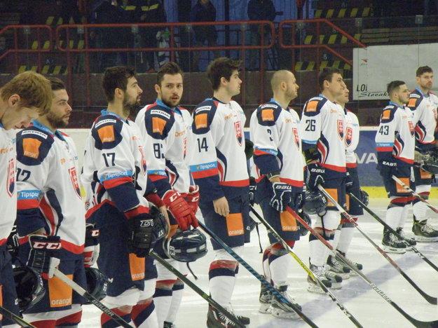 Slovenskí hokejisti počas štátnej hymny