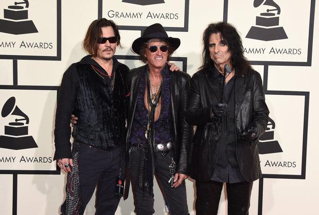S niekoľkými ďalšími umelcami, medzi nimi aj s Johnnym Deppom a Joeom Perrym, vytvoril kapelu Hollywood Vampires