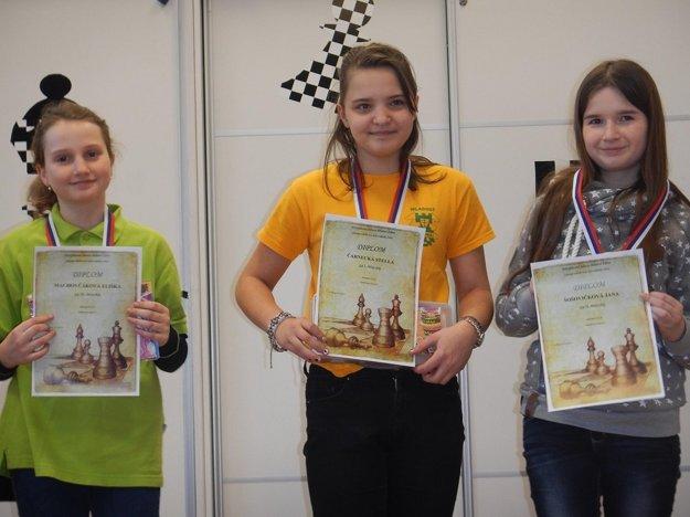 Medailistky do 14 rokov. Zľava: Eliška Machovčáková, Stella Čarnecká, Jana Šošovičková.