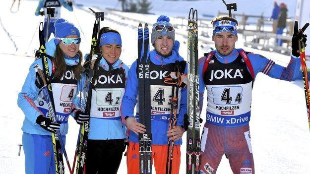 Alexander Loginov (tretí zľava).