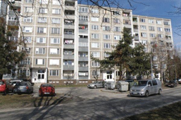 Obyvatelia týchto bytových domov žiadali, aby po Nábreží sv. Cyrila nejazdili autá. Nepochodili.