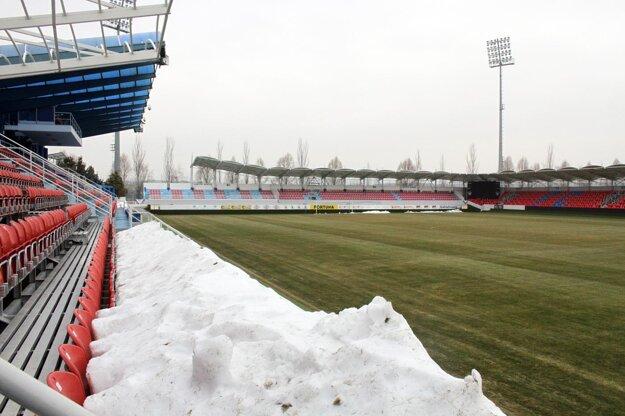 V Zlatých Moravciach v minulých dňoch odstránili sneh z hlavnej hracej plochy. Na štart Fortuna ligy budú pripravení.