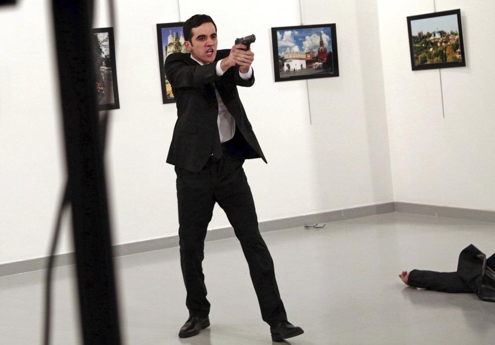 Burhan Özbilici vo svojej sérii zachytil vraha ruského veľvyslanca.