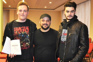 Christian Picciolini (v strede) venoval Matejovi Migovi knihu.