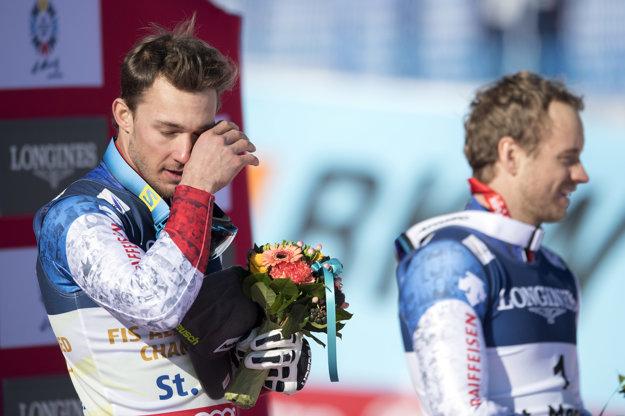 Luca Ärni si utiera slzy počas slávnostného ceremoniálu.