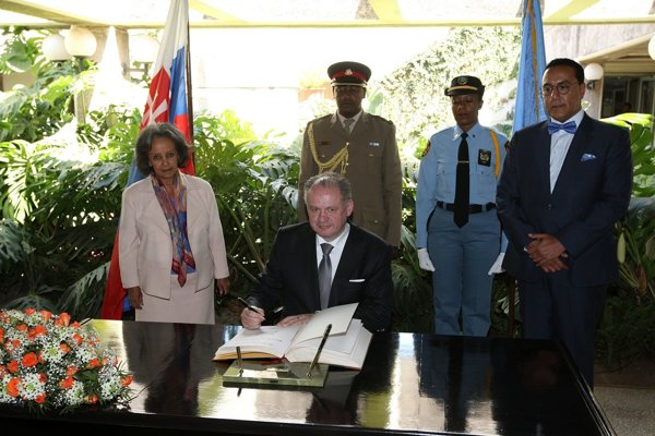 Andrej Kiska a vľavo generálna riaditeľka OSN v Nairobi Sahle-Work Zewdeová pri zápise do pamätnej knihy pri návšteve sídla OSN v Nairobi.