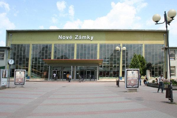 Novozámocká železničná stanica.