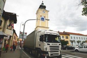 Kamióny jazdia stredom mesta.