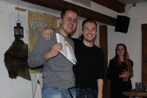 Autor knihy Marián Kubicsko s ilustrátorom Jakubom Šimjakom počas krstu v Stredovekej taverne.