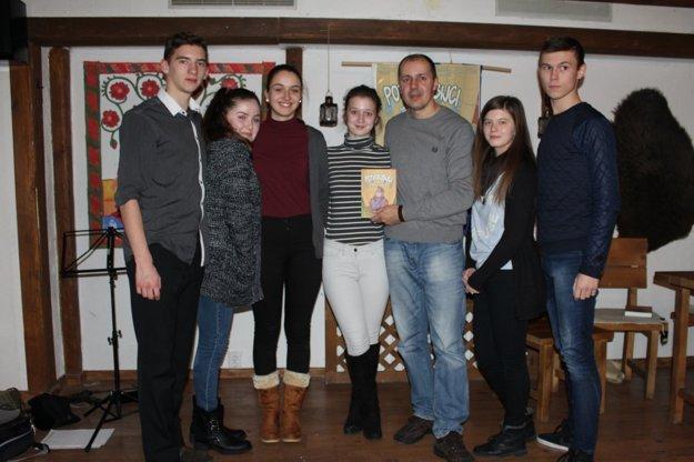 Autor a učiteľ Marián Kubicsko so svojimi žiakmi.