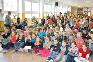Deti privítali Martina Kellenbergera potleskom.