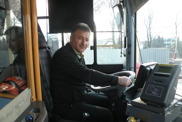 Šofér Marek Čigaš sa drží pevne nielen volantu, ale aj zodpovednosti za cestujúcich. Pomáhal už aj mužovi s epileptickým záchvatom.