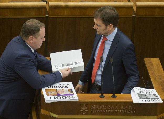 Igor Matovič, Richard Vašečka a jeho vizuálne pomôcky.