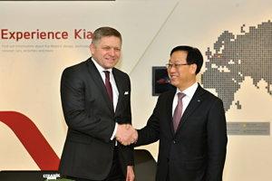 Na snímke vľavo predseda vlády SR Robert Fico a vpravo prezident spoločnosti KIA Motors Slovakia Dae Sik Kim počas návštevy výrobného závodu Kia Motors Slovakia v Tepličke nad Váhom.