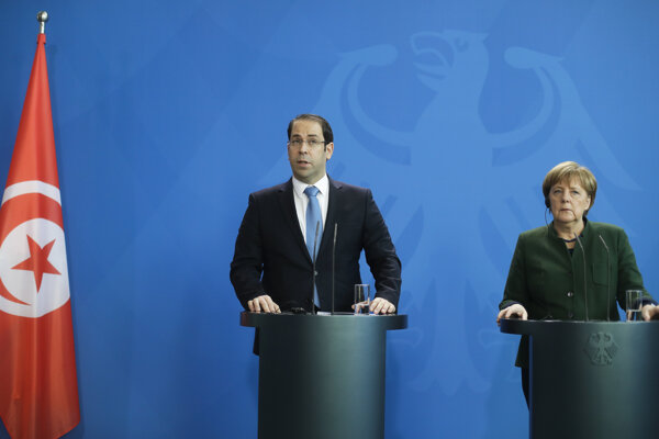Angela Merkelová (vpravo) s tuniským premiérom Júsufom Šáhidom v Berlíne.